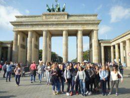 """Le groupe devant la """"Brandenburger Tor""""."""